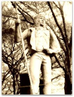 Monumento à Batalha de Apóstoles - índio em pé com lança na mão direita.