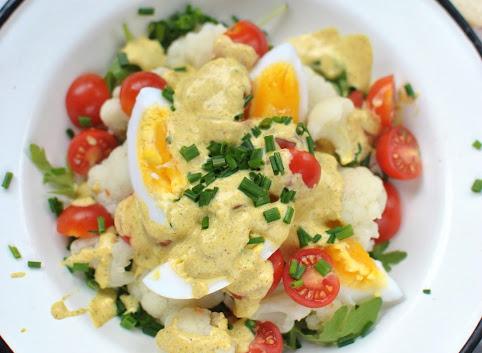 Sałatka z jajkiem, kalafiorem i sosem z curry
