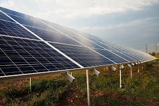 صوره مجموعه من الخلايا الشمسيه التى تمتص الطاقه مناشعة الشمس وتحوله الى طاقه كهربائيه