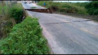 Veja: Ponte que liga Santa Rita a Cruz do Espírito Santo caiu calsando transtornos para motoristas