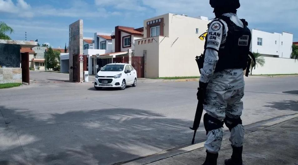 Tras persecución Soldados capturaron a 10 Sicarios armados que se escondieron en Fraccionamiento en Culiacán; Sinaloa