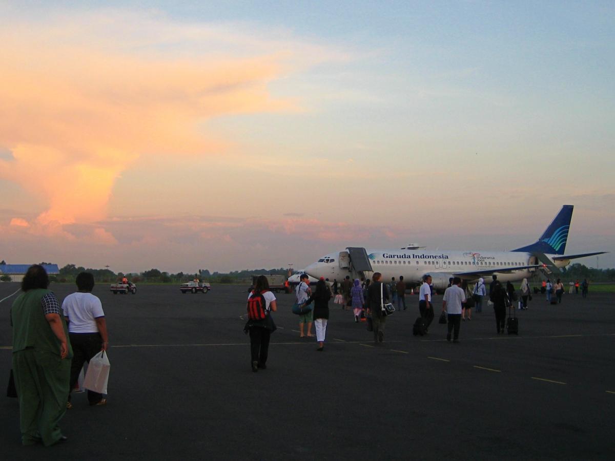 활주로에 대기중인 가루다 항공기