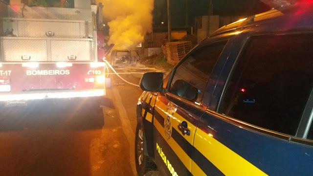 Incêndio consome veículo na BR-135