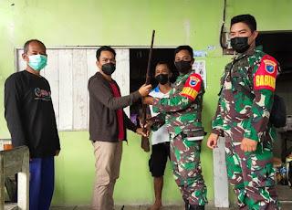 Seorang Warga Desa Landau Mentail Serahkan Satu Pucuk Senpi Jenis Lantak kepada TNI