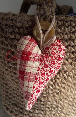 corazón patchwork country de telas rojas