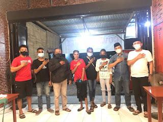 Jalin Komunikasi, Kasat Intelkam Polres Gowa Ngopi Bareng Dengan Pelajar Asal Papua