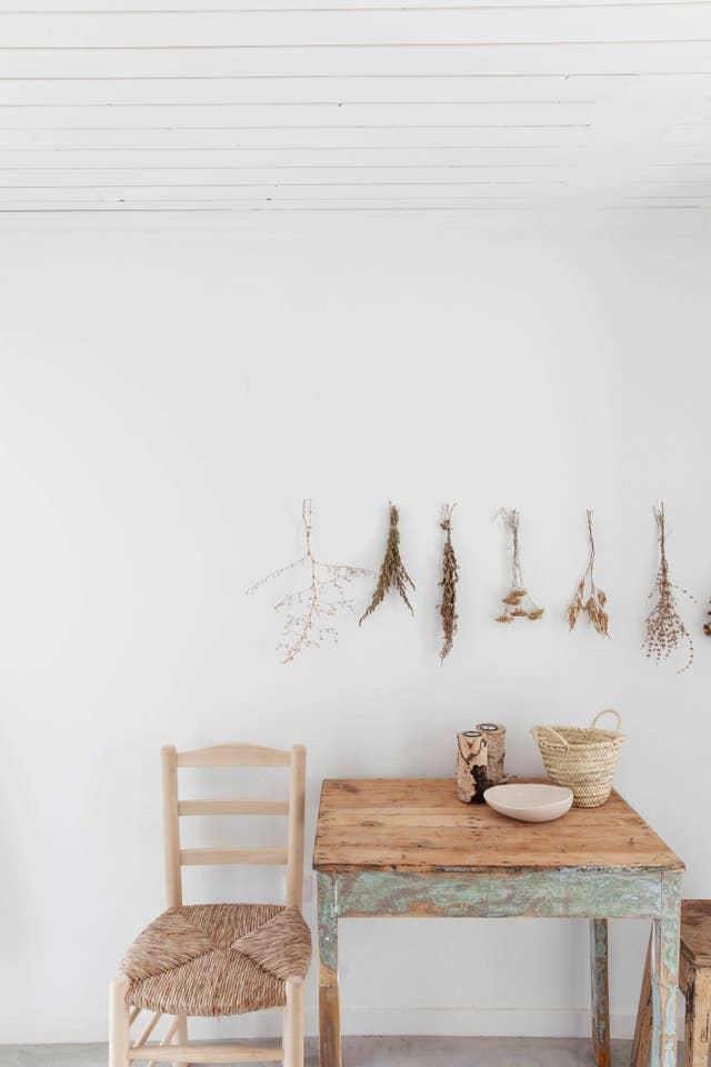Decoración natural y sencilla, madera clara, mimbre y plantas secas