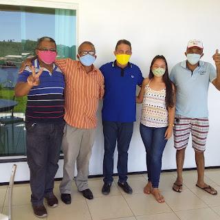 Zé Miúdo (camisa de listras) ao lado prefeito Dr. Tema