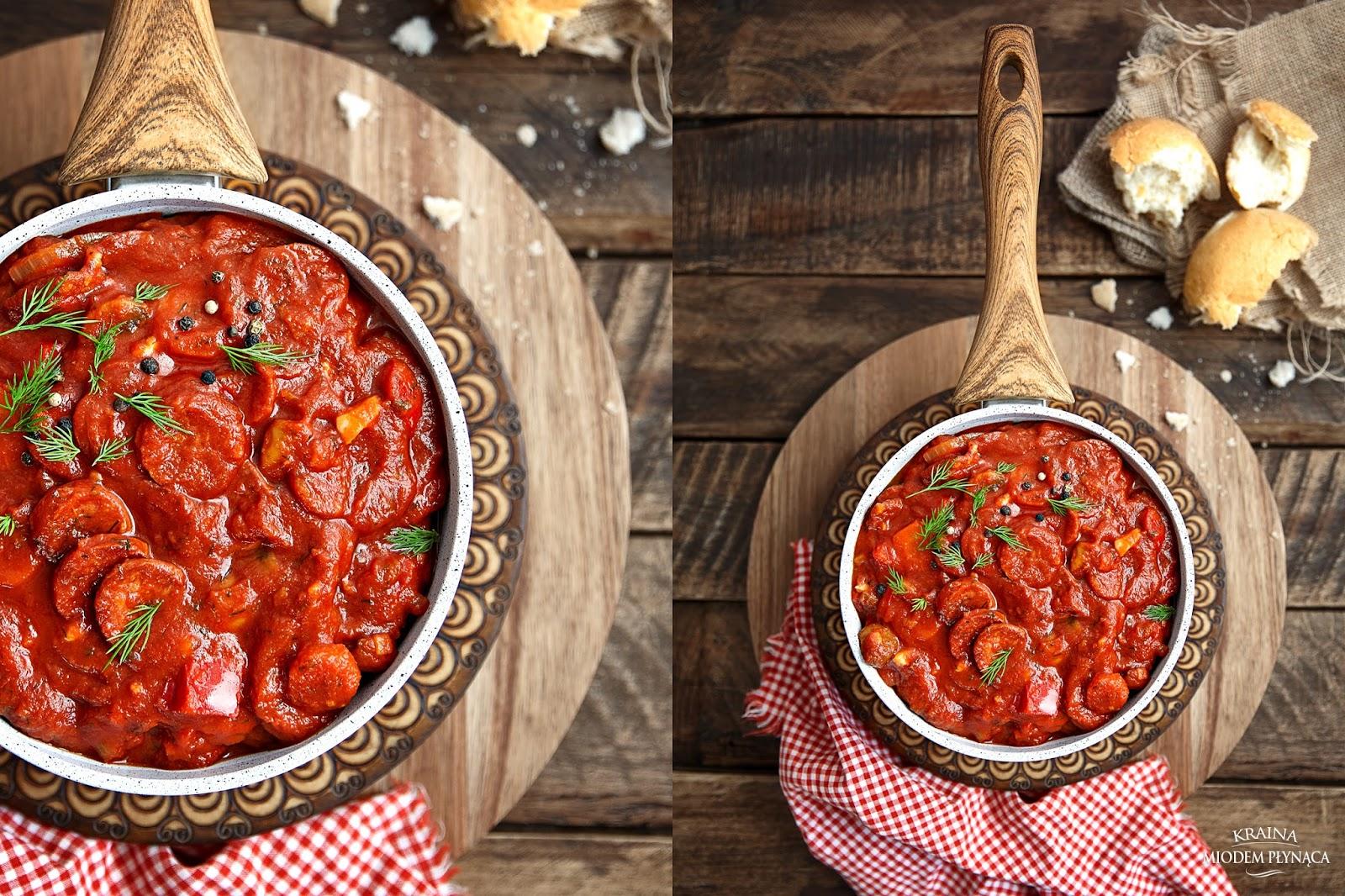 gulasz z kiełbasą, gulasz z marchewką, gulasz z pieczarkami, sos pomidorowy, gulasz z chorizo, sos pomidorowy z chorizo, sos pomidorowy z kiełbaską, kiełbasa w sosie, fotografia kulinarna, kraina miodem płynąca