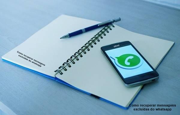 Celular com logo whatsapp em cima do caderno