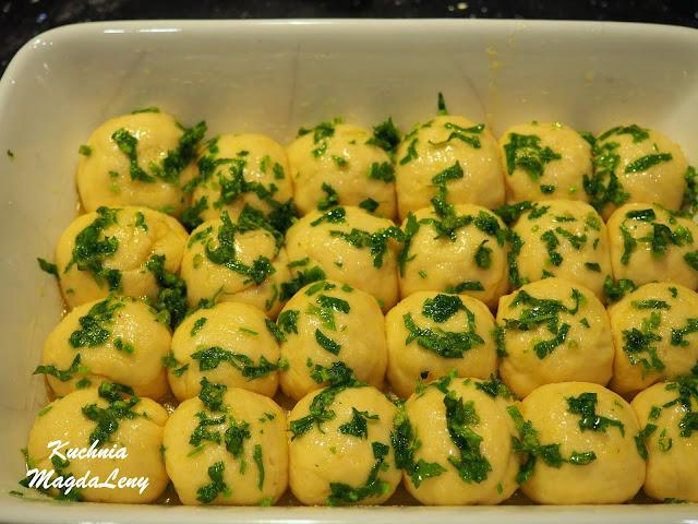 Chlebek bąbelkowy z masłem czosnkowym