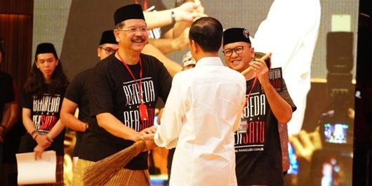 Jokowi Gunakan Sapu Lidi Alumni PL untuk Bersihkan Hoaks dan Korupsi