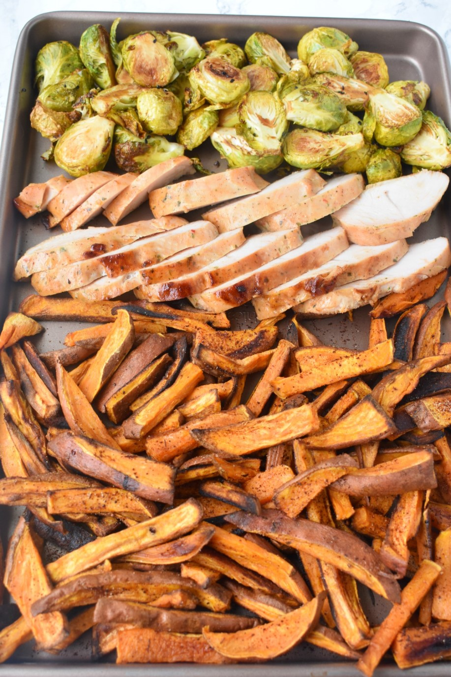Crispy Baked Sweet Potato Fries are super easy to make, healthy and flavorful with chili, garlic and onion powder! #fries #sweetpotatoes #sweetpotato #frenchfries #healthy #cleaneating
