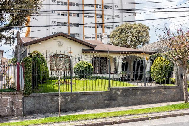 Outra casa com ornamento de ferro