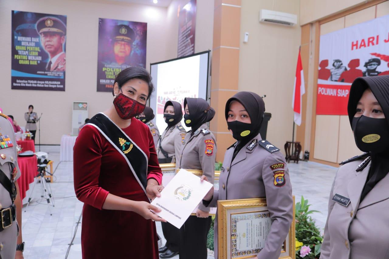 Salah seorang anggota Polisi Wanita (Polwan) dari Polres Tulang Bawang mendapatkan reward dari Kapolda Lampung
