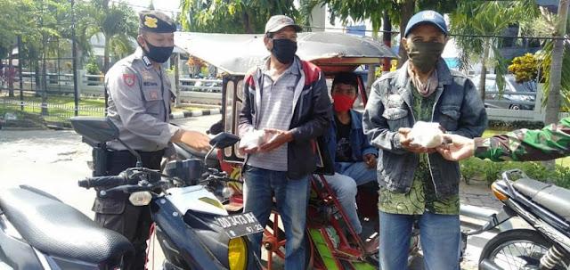 Petugas Dapur Umum TNI-Polri Gowa Bagikan Makanan Siap Saji Di 4 Lokasi