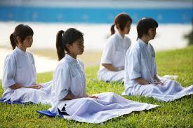क्या योग एक धर्म है? | योग का अभ्यास करते समय कैसे वस्त्र पहने चाहिए