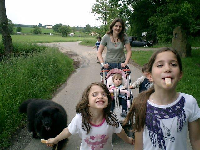 Meine Kinder, unser Hund Wuschel und ich in Sinsheim-Dühren, Sommer 2009