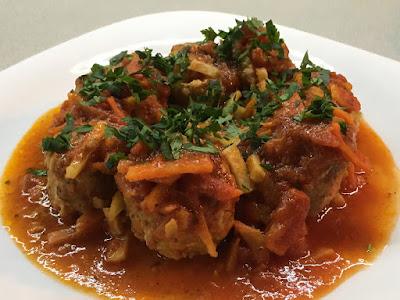 Pulpeciki z warzywami i sosem pomidorowym