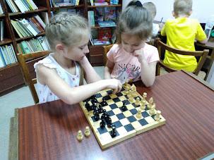 Девочки играют в шахматы школьный лагерь Усмішка бібліотека-філія №4 М.Дніпро