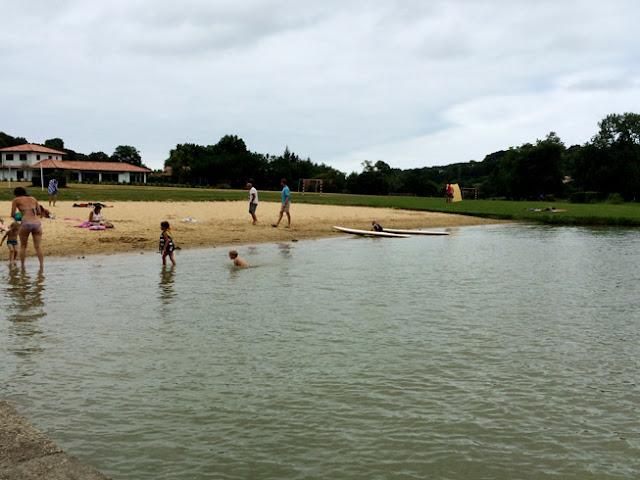 Foto de la Playa del lago en camping Larrouleta. Urrugne |caravaneros.com