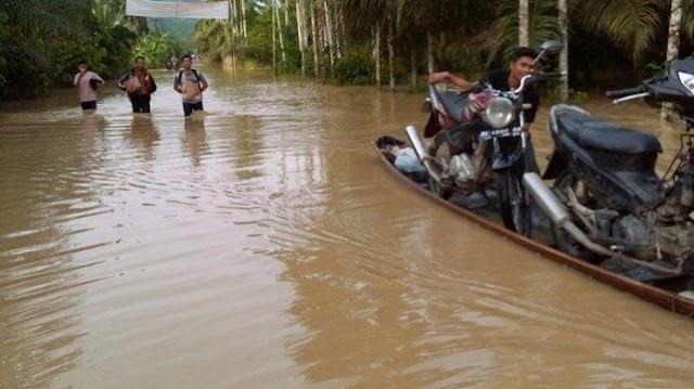 Sepmor Dinaikkan ke Perahu Akibat Jalan Provinsi di Ranto Peureulak Aceh Timur Terendam Banjir