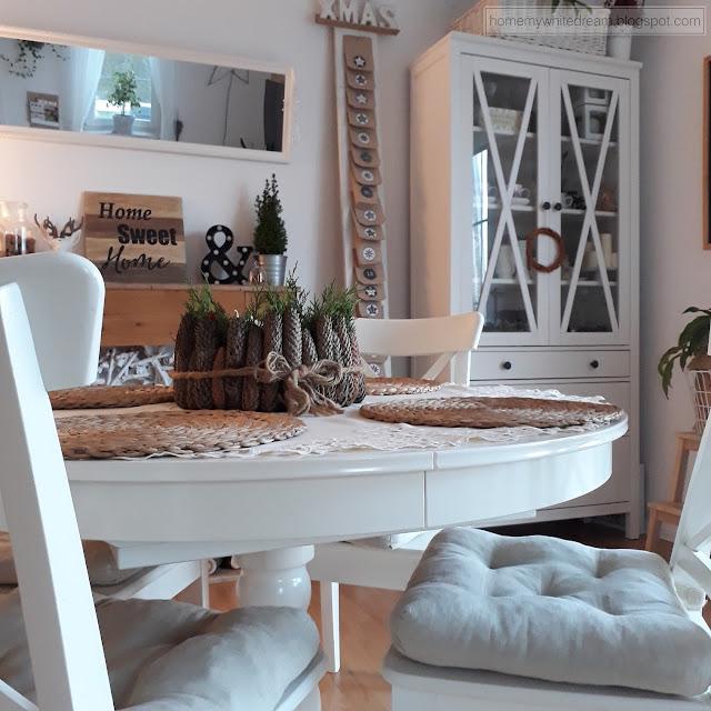 wieniec adwentowy, naturalny wieniec, wieniec z szyszek, białe drewniane meble, Atrapa kominka DIY, biała witryna Hemnes Ikea, lustro w ramie okiennej,