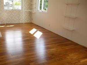住宅の床に使用したチーク無垢フローリングの施工写真