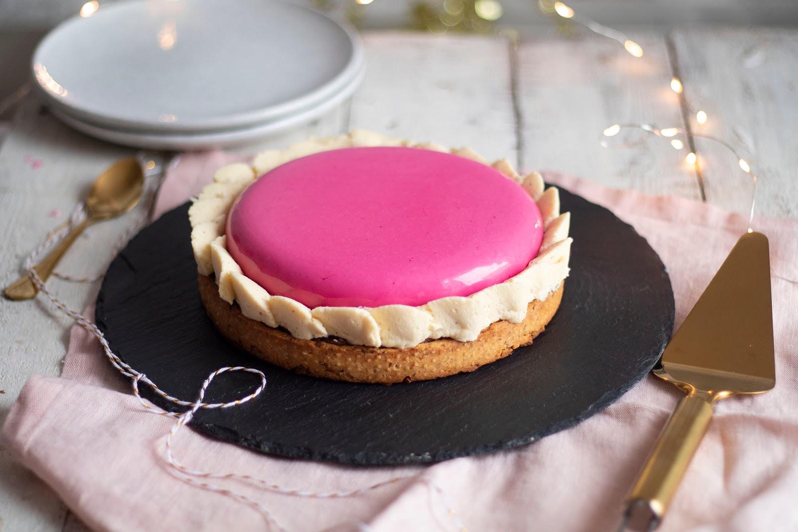 Recette d'une délicieuse tarte entremet à la pistache et à la framboise accompagné d'une ganache montée au chocolat blanc