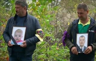 """""""Заборонив хрестити, спочатку вбивав струмом"""": на Хмельниччині поховали батька і сина, яких знайшли повішаними (фото)"""