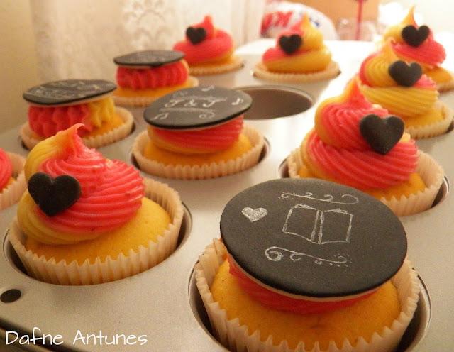 cupcake de quadro negro livro e coração - chalkboard cupcake book heart