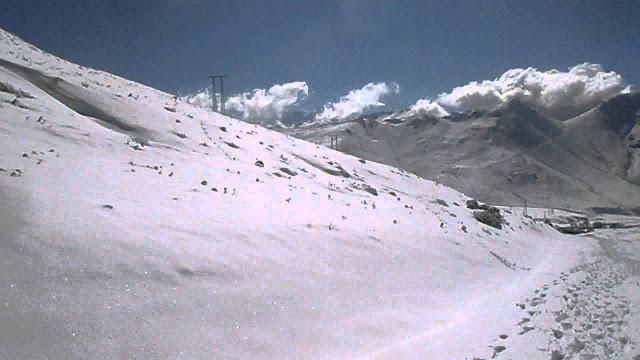 الثلوج تحاصر سكان جبال دمنات و الاساتذة العاملين بها