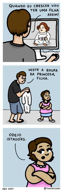 """Tirinha. Quadro 1: Um rapaz está olhando no computador uma bebê usando fantasia da princesa Leia e diz """"Quando eu crescer vou ter uma filha assim!"""" Quadro 2: Ele está com uma roupa branca em mãos e a menina na frente dele está de costas, sem interesse no que ele quer que ela faça """"Veste a roupa da princesa, filha."""" Quadro 3: Com o olhar de desdém, a menininha responde """"Odeio Istauórs."""""""