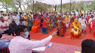 चौपाल में सचिव के सामने ग्रामीणों ने समस्याओं का लगाया अंबार     #NayaSaberaNetwork