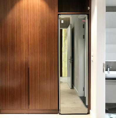 Chiếc máy LG STYLER TROMM S5MB đặt gọn gàng bên trong tủ - thiết kế riêng sang trọng dành cho LG STYLER