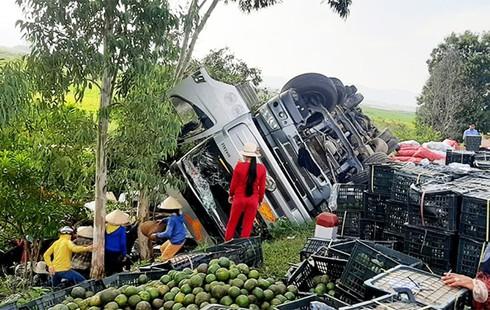 Người dân Quảng Ngãi giúp tài xế thu gom hàng chục tấn cam đổ ra đường sau tai nạn
