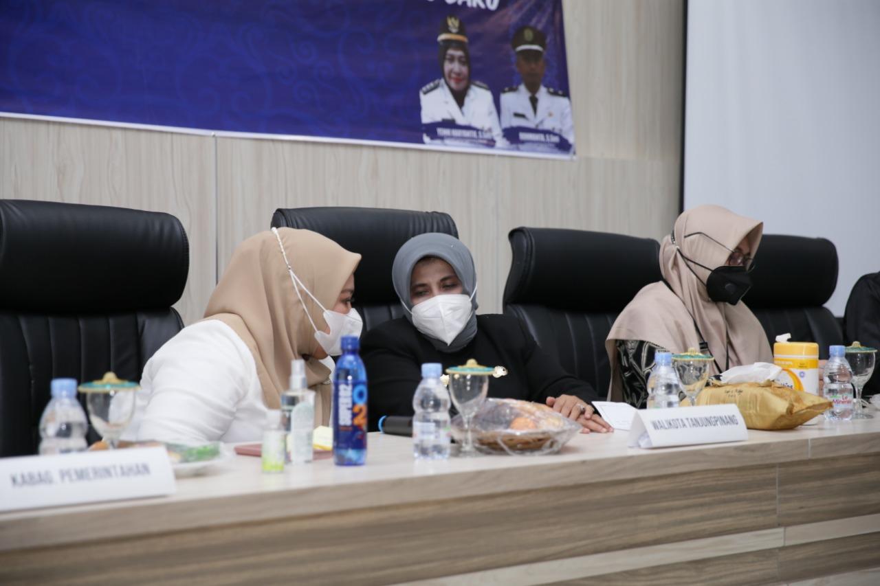 Marlin dan Rahma Duduk Berdampingan Pada Acara Silaturahmi Forum RT RW Kelurahan Kampung Baru