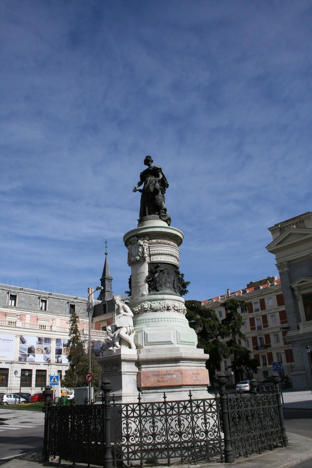 http://1.bp.blogspot.com/-nIPjmExIORI/UJ054nRVL6I/AAAAAAAALC4/K7dowss24QY/s1600/MADRID+ESTATUA+DE+LA+REINA+MARIA+CRISTINA.jpg