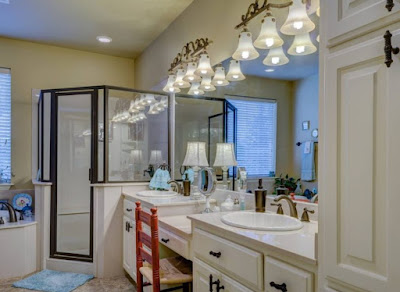 Decorative lamps enhance general lighting in the bathroom
