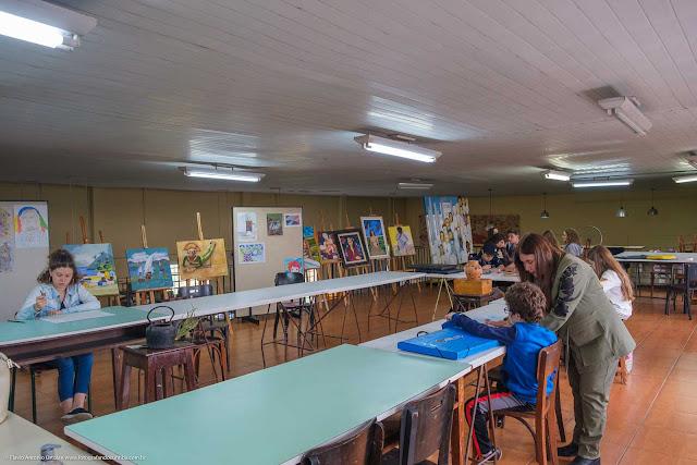 Interior do Centro Estadual de Capacitação em Artes Guido Viaro - curso de desenho