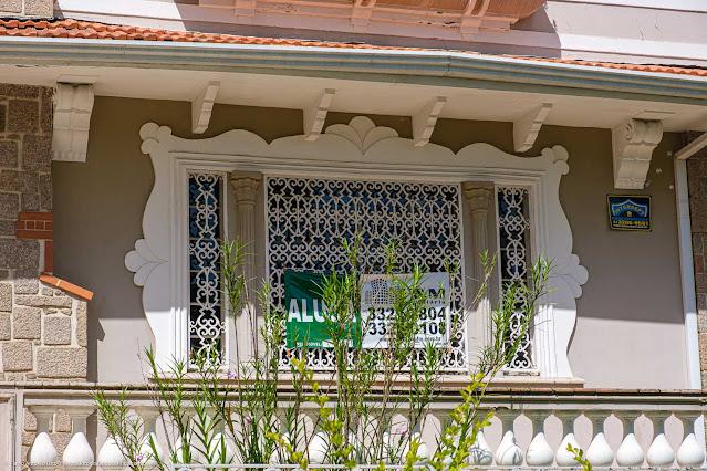 Casa na Rua Saldanha da Gama -de talhe de janela com grade em ferro fundido