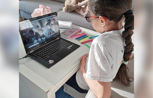 menina estudanda em casa durante quarentena, aula online na pandemia