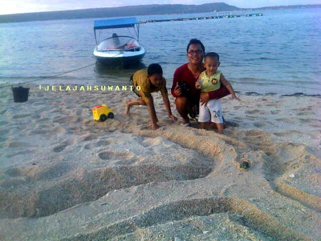 Bermain pasir saat sunzone di Liukang Loe