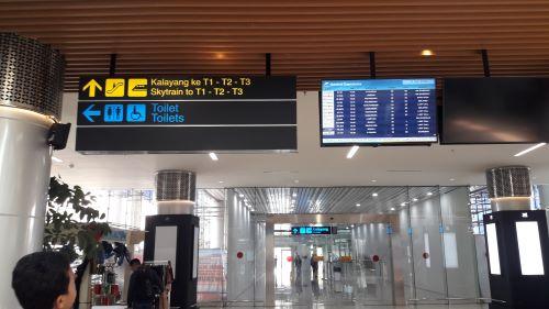 KA Bandara Railink papan petunjuk