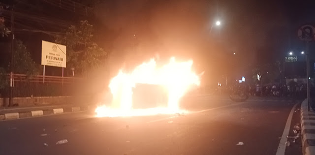 Satu Unit Mobil Mercy Berplat Merah Terbakar Di Depan Gedung Perwari Menteng