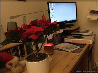 Hyggelig med litt julestemning  på skrivebordet også!
