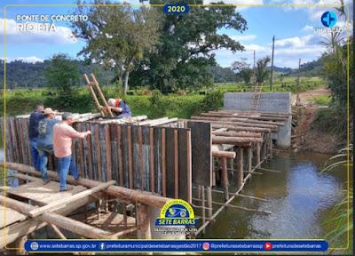 Prefeito Dean Martins vistoria obras da ponte de concreto sobre o Rio Etá em Sete Barras