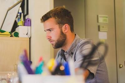 Ciri-ciri Pria Yang Cuek Karena Kerja Atau Selingkuh