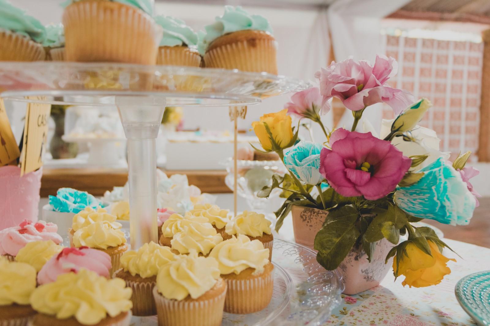 suporte de doces com cupcakes