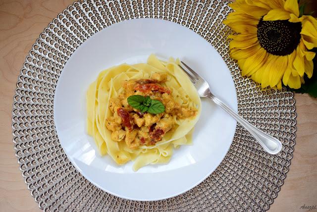 Makaron tagiatelle z kurczakiem i suszonymi pomidorami w sosie śmietanowym